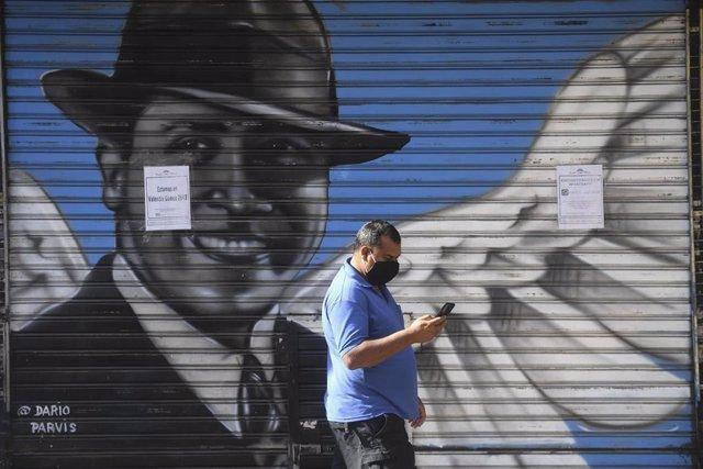 Una persiana con una pintada de Carlos Gardel en Buenos Aires, Argentina
