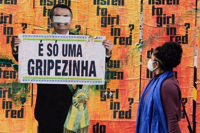 Un mural de la Avenida Paulista recuerda a los transeúntes una de las frases del presidente, Jair Bolsonaro, acerca de la pandemia que ha dejado ya 6,2 millones de casos y más de 171.000 fallecidos, sólo en Brasil.