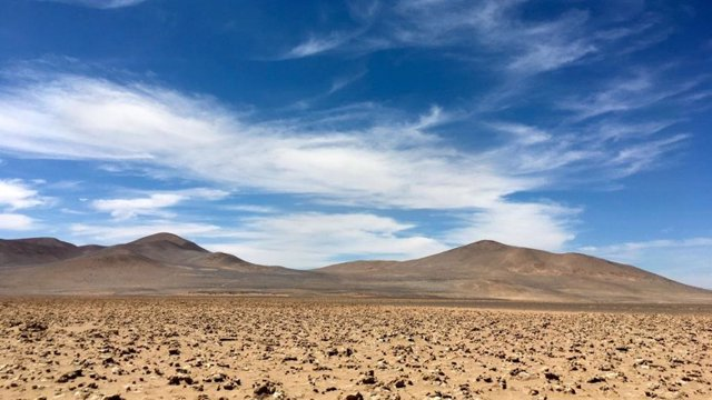 Llanura con capas de arcilla en el desierto de Atacama