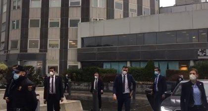 Sánchez e Illa visitan el Hospital de La Paz entre abucheos y las críticas de Madrid por no invitarles