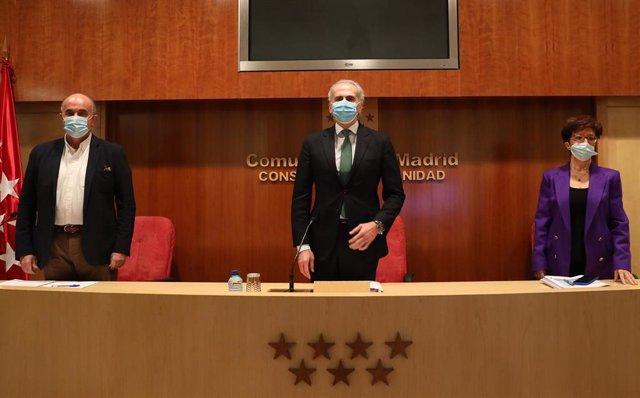 El viceconsejero de Salud Pública y Plan Covid-19, Antonio Zapatero; y el consejero de Sanidad de la Comunidad de Madrid, Enrique Ruiz Escudero,  y la directora general de Salud Pública, Elena Andradas