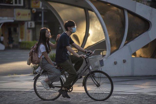 26 May 2020, Taiwan, Taipeh: A cyclist wears a face mask near the National Taiwan University in Taipei, amid the Coronavirus outbreak. Photo: Brennan O'connor/ZUMA Wire/dpa