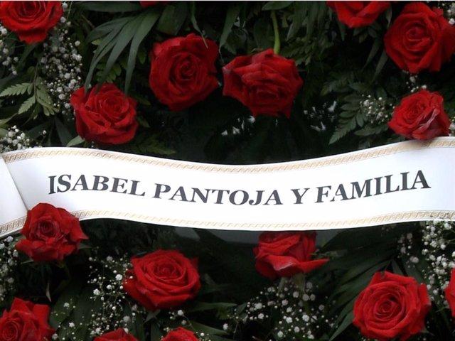 Corona de flores que Isabel Pantoja ha enviado a la familia de Irene Rosales tras el fallecimiento de su padre