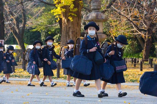 Un grupo de estudiantes con mascarilla en Tokio