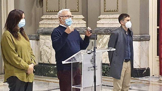 El alcalde de València, Joan Ribó, (c), y los vicealcaldes Sandra Gómez y Sergi Campillo.