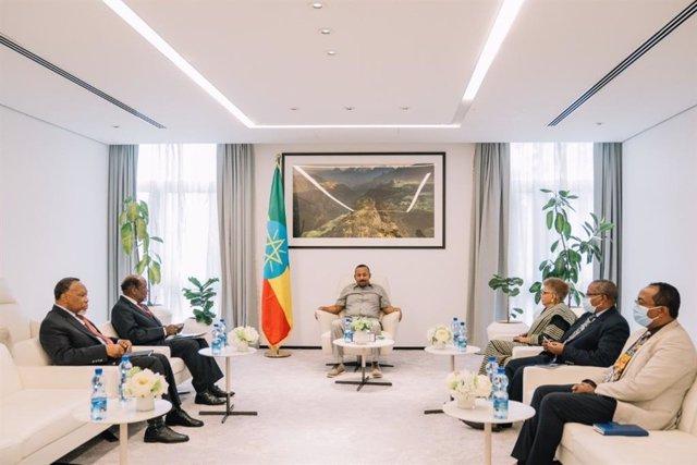 El primer ministro de Etiopía, Abiy Ahmed, recibe a los emisarios de la UA Joaquim Chissano, Ellen Johnson-Sirleaf y Kgalema Motlanthe