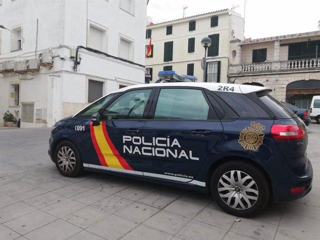 Coche patrulla de la Policía Nacional, en Mahón.