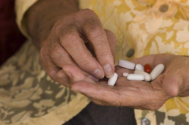 Medicamentos, pastillas, medicinas, fármacos, píldoras, manos, mayor