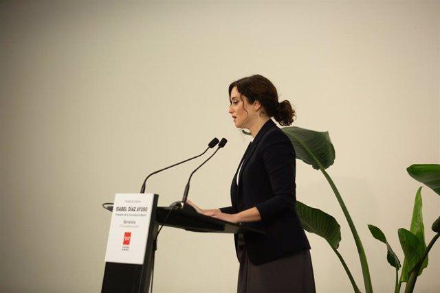 La presidenta de la Comunitat de Madrid, Isabel Díaz Ayuso, en una roda de premsa a Barcelona.