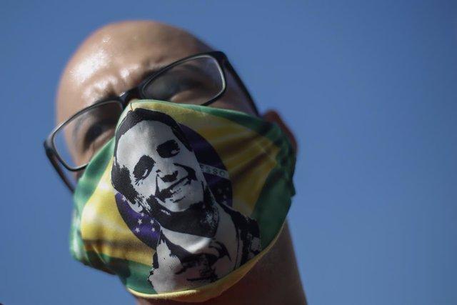 Un simpatizante del presidente de Brasil, Jair Bolsonaro, con una mascarilla con su imagen