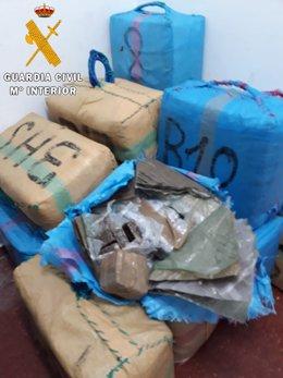 La Guardia Civil recupera media tonelada de hachís en quince fardos que flotaban frente a la costa de Ceuta