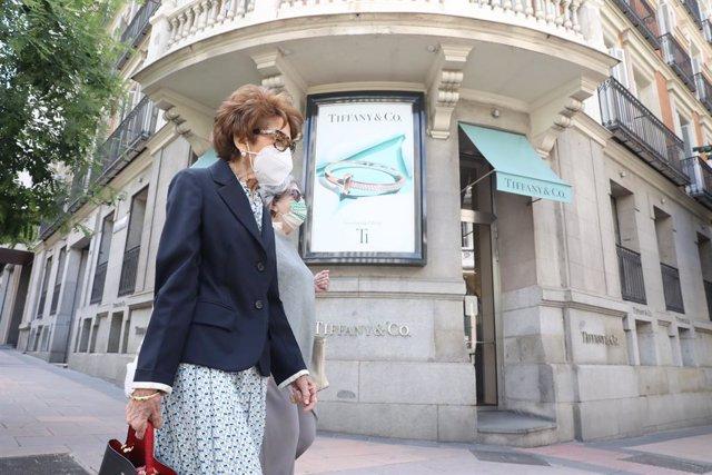Dos mujeres pasan junto a la entrada de la tienda Tiffany de la calle José Ortega y Gasset, 10 de Madrid. Las ventas de compañía estadounidense de joyería retrocedieron un 45% entre febrero y abril, hasta 556 millones de dólares, ya que la empresa mantuvo