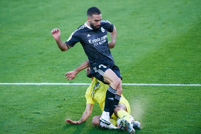 Alfonso Pedraza of Villarreal CF and Dani Carvajal of Real Madrid during the La Liga Santander mach between Villarreal and Real Madrid at Estadio de la Ceramic on November 21, 2020 in Vila-real, Spain