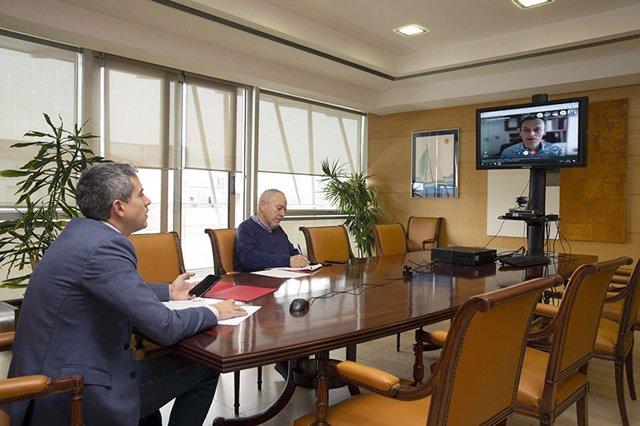 El vicepresidente de Cantabria, Pablo Zuloaga, y el director general de Universidades, Investigación y Transferencia del Gobierno regional, Antonio Domínguez, en una reunión telemática con el ministro de Ciencia e Innovación, Pedro Duque