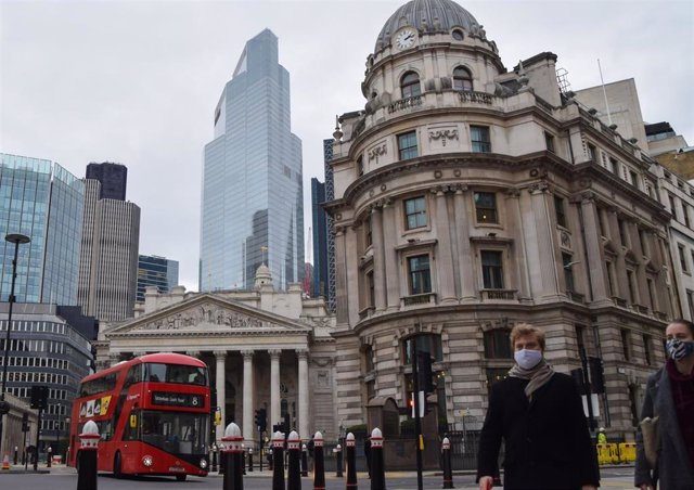 Personas con mascarilla en una calle de Londres
