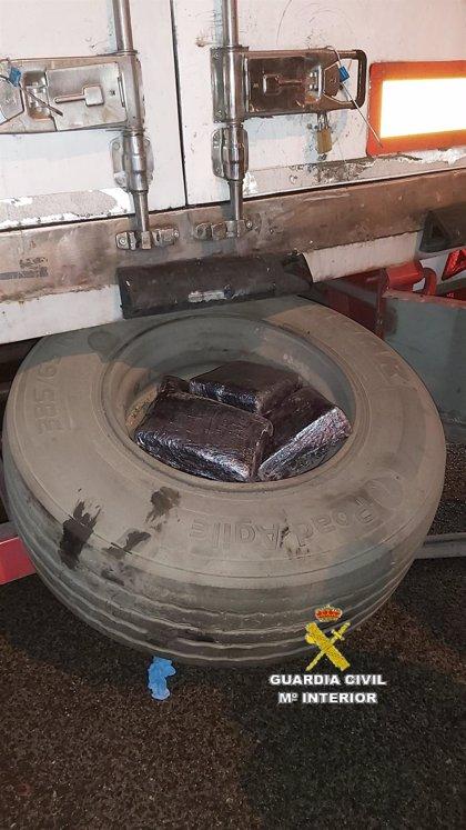 Detenido en el puerto de Algeciras (Cádiz) con 11 kilos de hachís ocultos en la rueda de repuesto del vehículo