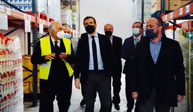 El líder del PP, Pablo Casado, visita un Banco de Alimentos en  Reus (Tarragona) junto al presidente del PPC,  Alejandro Fernández. En Tarragona, a 27 de noviembre de 2020.