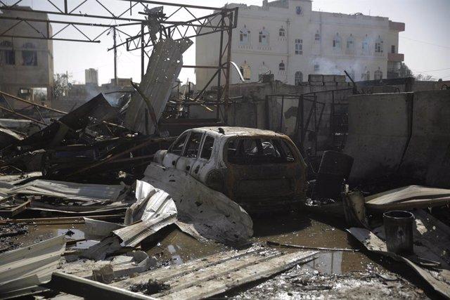 Daños materiales tras un bombardeo de la coalición que encabeza Arabia Saudí contra la capital de Yemen, Saná, controlada por los huthis