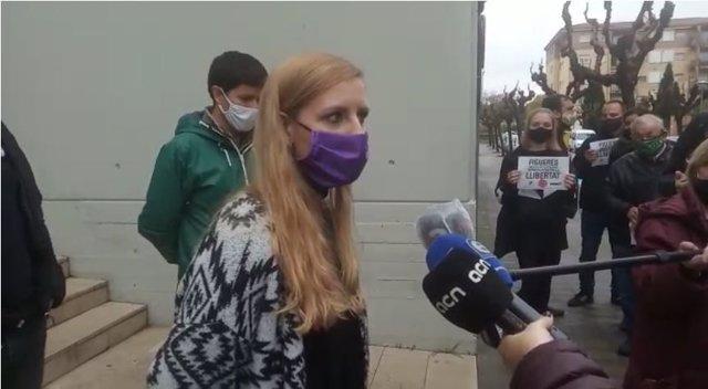 La regidora de la CUP a Navarcles (Barcelona) Ylènia Morros en roda de premsa al costat del regidor de la CUP a Sant Pere de Riudebitlles (Barcelona) Isaac Ruana. Figueres (Girona), 27 de novembre del 2020.