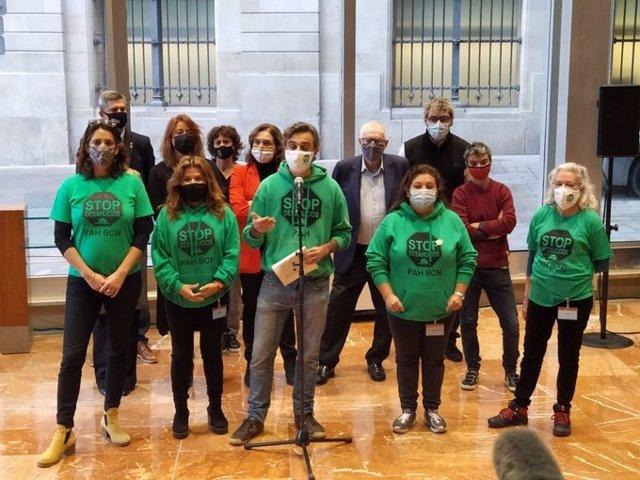 Representants de la PAH Barcelona en una conferència de premsa al costat de l'alcaldessa, Ada Colau, i representants dels grups municipals d'ERC, JxCat i el PSC.
