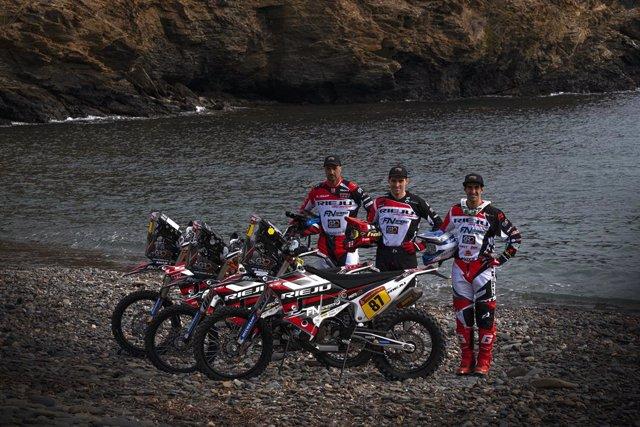Los pilotos del Rieju Team Joan Pedrero, Marc Calmet y Oriol Mena, participantes en el Dakar 2021, en el debut de la moto catalana en la prueba