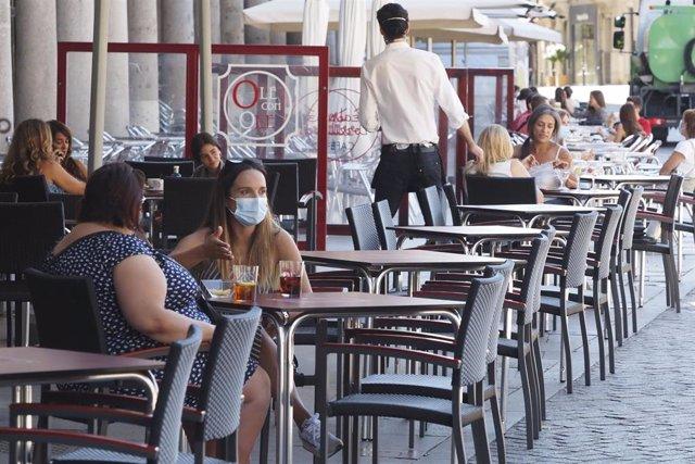 Varias personas disfrutan en una terraza en las inmediaciones de la Plaza Mayor de Valladolid, Castilla y León (España)