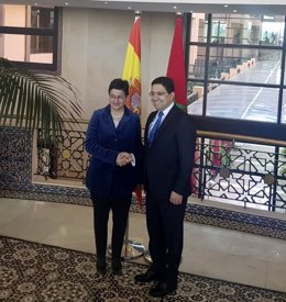 La ministra de Asuntos Exteriores, Unión Europea y Cooperación, Arancha González Laya y el ministro de Exteriores marroquí, Nasser Bourita, posan juntos momentos antes de su reunión durante la visita de ministra a Marruecos, en Rabat (Marruecos), a 24 de