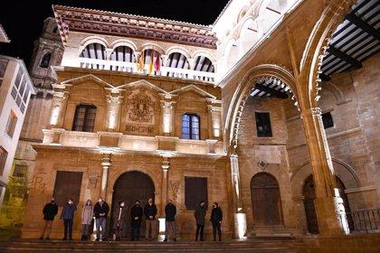 Las fachadas del Ayuntamiento y la Lonja de Alcañiz estrenan iluminación monumental