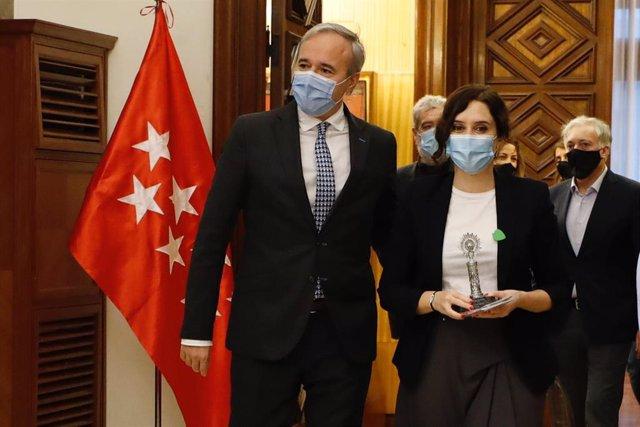 La presidenta de la Comunidad de Madrid, Isabel Díaz Ayuso, y el alcalde de Zaragoza, Jorge Azcón, con motivo de su visita institucional al Ayuntamiento de la capital aragonesa.