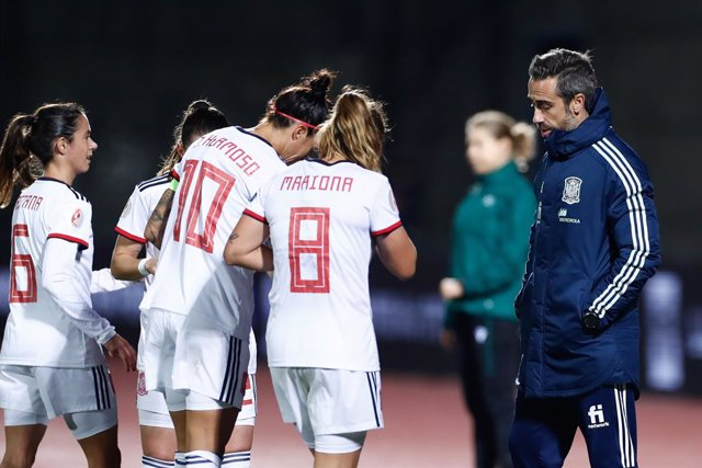 Jorge Vilda, head coach of Spain, talks to the players during UEFA Women Eurocup football match played between Spain and Moldova at Ciudad del Futbol on november 27, 2020, in Las Rozas, Madrid, Spain