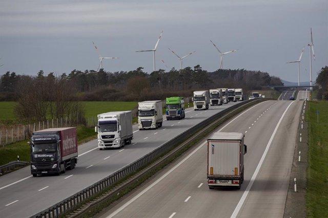 Una fila de camiones circula por la carretera en Alemania en una imagen de archivo.