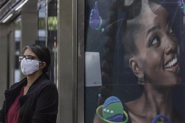 Una mujer espera la llegada de su autobús en la estación de Sao Paulo, Brasil.