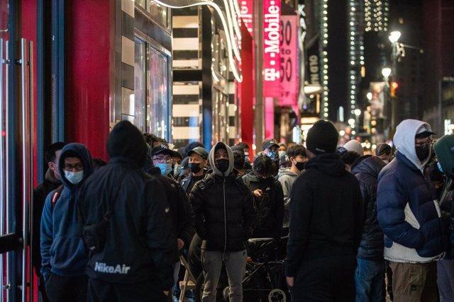 Un grupo de personas espera frente a una tienda en Nueva York a la apertura del 'Black Friday'