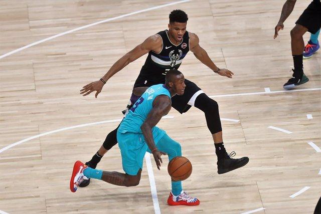 Giannis Antetokounmpo (Milwaukee Bucks) defendiendo ante los Hornets