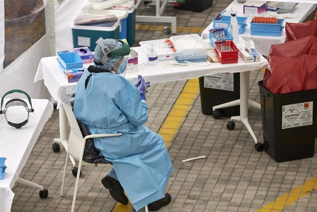 Personal sanitario realiza pruebas PCR de detección de coronavirus en un dispositivo de Osakidetza.