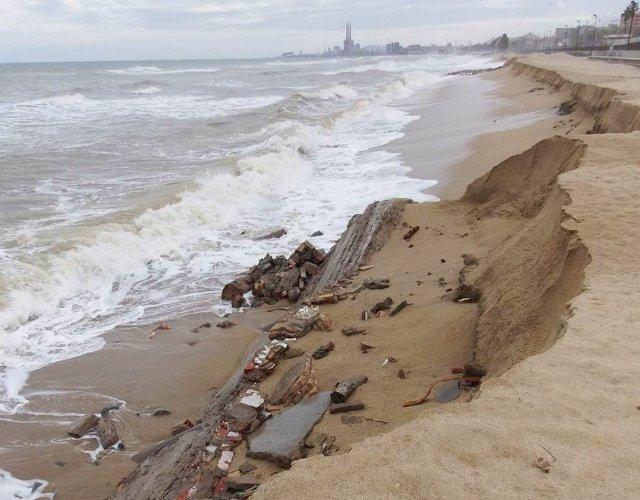 Efectes d'un temporal  a la platja de la Barca Maria, Badalona (Barcelona)