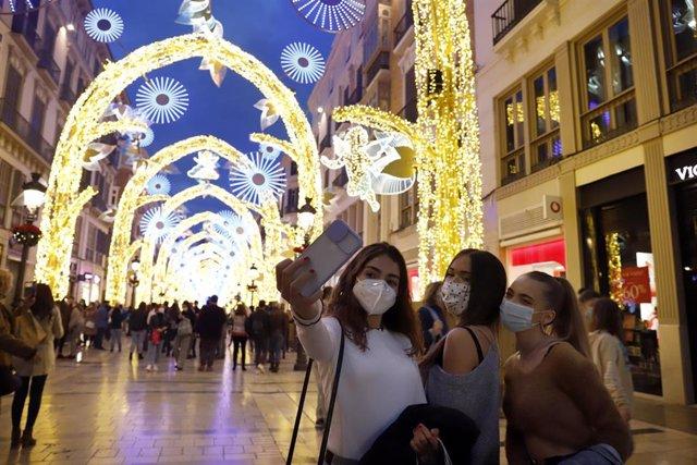 Inauguración de las luces navideñas en la céntrica calle Larios de Málaga, que este año no celebrará su tradicional espectáculo de luz y sonido ha causa de las restricciones impuestas por la Covid-19. Málaga 27 de noviembre 2020