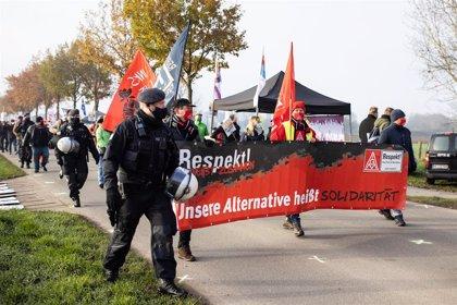 Más de 500 manifestantes contra el racismo protestan al inicio de la convención anual del ultraderechista AfD