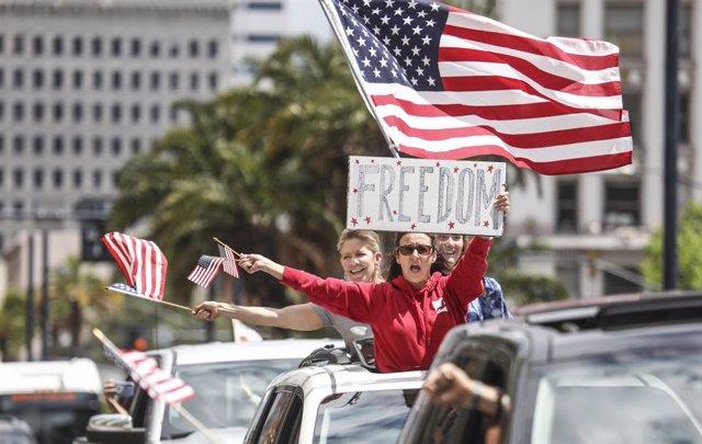 Manifestantes piden el levantamiento de las medidas de restricción por el coronavirus en California.