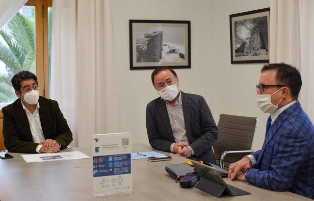 El presidente del Cabildo de Tenerife, Pedro Martín, y el consejero insular de Planificación del Territorio, Patrimonio Histórico y Turismo, José Gregorio Martín Plata, se reúnen con Marcel Riwalsky, CEO del Aviation Event