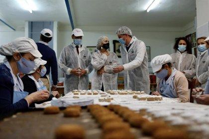 Del Pozo destaca la importancia del sector del mantecado en Andalucía en su visita a La Colchona en Estepa (Sevilla)