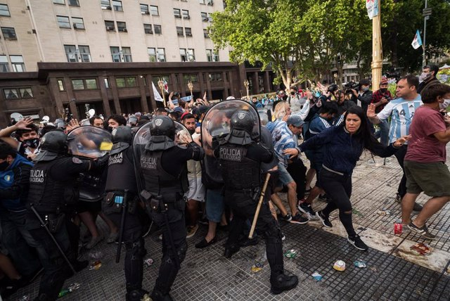 26 November 2020, Argentina, Buenos Aires: Police officers clash with the crowd as people try to enter the government palace Casa Rosada during the wake of Argentinian football legend Diego Maradona. Photo: Alejo Manuel Avila/Le Pictorium Agency via ZUMA/