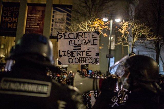 Protestas en París contra la ley que prohibe captar imágenes de policías