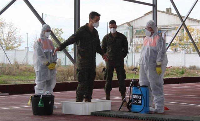 La Brigada Extremadura XI forma a Protección Civil para desinfectar el Covid-19.