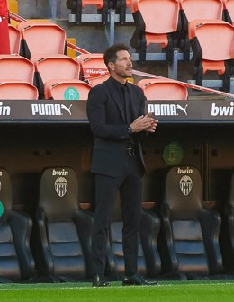 Diego Pablo Simeone head coach of Atletico de Madrid  applause during the La Liga Santander mach between Valencia and Atletico de Madrid at Estadio de Mestalla on November 28, 2020 in Valencia, Spain