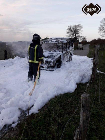 Un incendio calcina un vehículo en Piedratecha, Tineo
