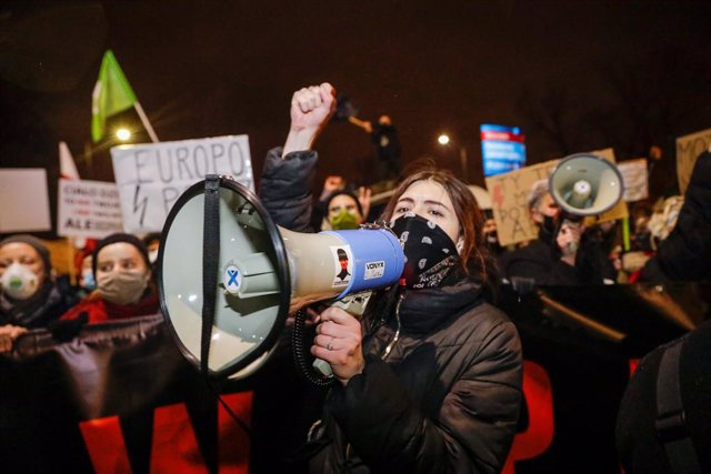 28 November 2020, Poland, Warsaw: A demonstrator shouts slogans during a demonstration against the tightening of Poland's abortion law. Photo: Grzegorz Banaszak/ZUMA Wire/dpa