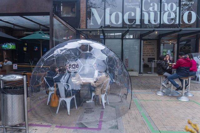 Personas comiendo en un restaurante de Bogotá en plena pandemia del coronavirus.