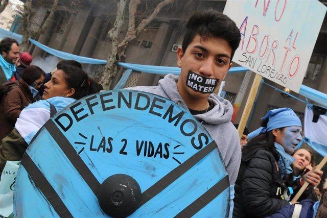 Manifestante en una protesta contra la legalización del aborto en Buenos Aires en una imagen de archivo de 2018.