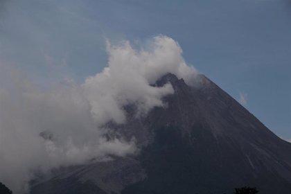 Un volcán entra en erupción por segunda vez en tres días en el este de Indonesia